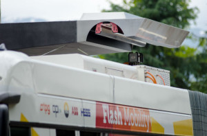 Le bras robotisé placé sur le toit du bus se branche à la recharge sur le toit de l'arrêt. Le délai de chargement est de 15 secondes.