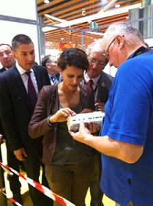 Najat Vallaud-Belkacem, ministre de l'Éducation nationale, de l'Enseignement supérieur et de la Recherche, visite le Grand Palais et s'arrête très longtemps sur le stand Legrand ; au point de s'essayer au montage électrique.
