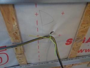Passage de câble avec percement de l'enveloppe d'étanchéité.