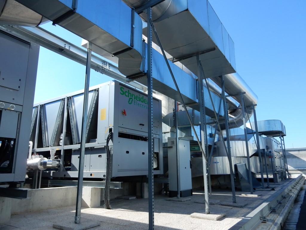 Les deux unités de refroidissement free cooling sont installées sur le toit. Leur installation entre les gaines de ventilation a été une véritable prouesse technique. (c) DR