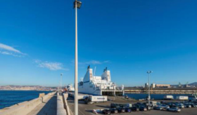 Port de croisière de Marseille doté du luminaire Estedia – de jour. © TRILUX