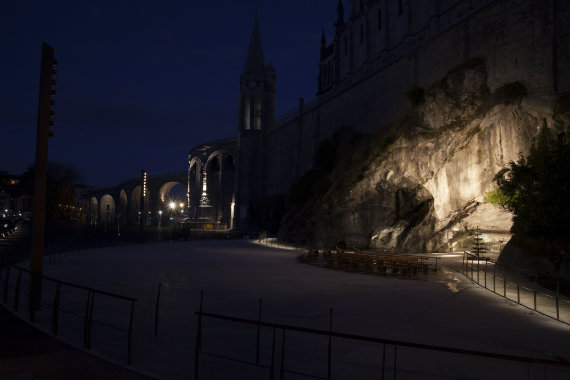 © Nicolas Wilmouth. Aménagement de l'espace grotte à Lourdes – maître d'ouvrage : le Sanctuaire de Lourdes – Architectes :INCA, paysafistes ALEP