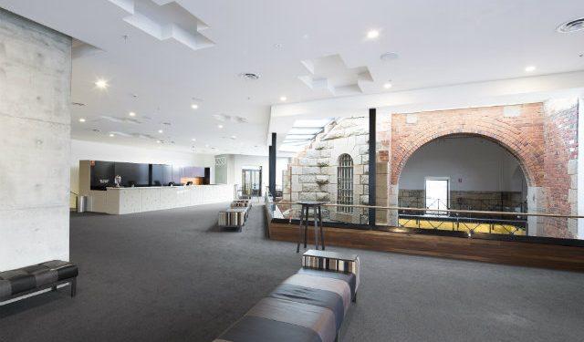 © Trilux. Photo : Joseph Feil – Ulumbarra Theater – Architectes : Y2 Architecture, Prahran/Victoria – Conception de l'éclairage : ADP Consulting Engineering, Sydney/Melbourne – Solution éclairage : Trilux