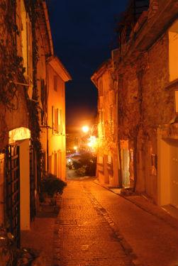 © Symielecvar. Photo John WALZL – Le Castellet (83) - AVANT rénovation : lampes SHP 100 W et luminaires ouverts sans réflecteur