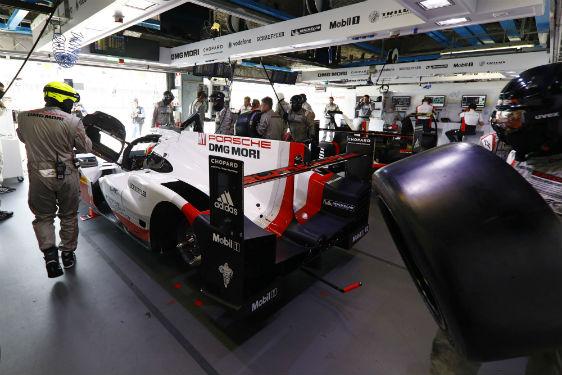 © Porsche – Un travail précis dans des conditions extrêmes – avec les solutions d'éclairage TRILUX, notamment pour les garages Porsche, la voie des stands et le paddock du circuit du Mans.