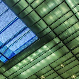 Chaque plafond présente une configuration différente : les projecteurs LED, spécifiquement adaptés, ont également été intégrés aux « skylights ». Louvre Abu Dhabi © Doc. 8'18'' Photographe Vincent Laganier, Light ZOOM Lumiere.