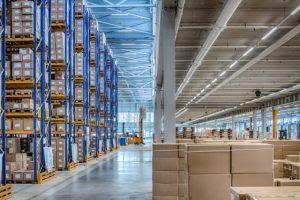 © Trilux – L'éclairage du CDE de DokVast est assuré par 16,6 km de lignes lumineuses E-Line LED de Trilux, conçues pour les entrepôts logistiques. – The lighting of the DokVast CDE is provided by 16.6 km of Trilux E-Line LED light lines, designed for logistics warehouses.