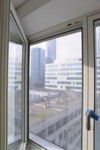 Tous les étages disposent de fenêtres donnant sur un vitrage « effet store », chacune pouvant être ouverte par les occupants. Ce choix, rare en IGH, permet de jouer sur l'aspect psychologique de l'ouverture d'une fenêtre ; il décuple aussi la performance énergétique de la tour en améliorant la circulation de l'air grâce à une double peau ventilée. © Nicolas Vercellino