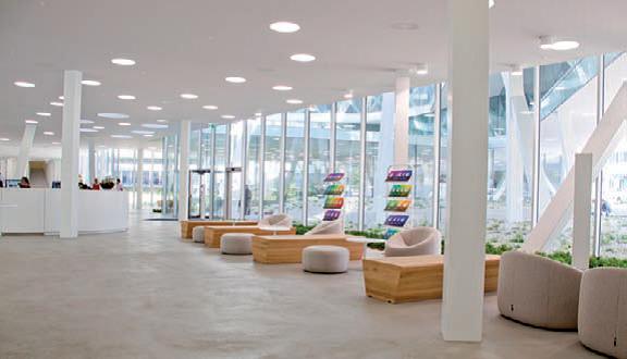 Les larges baies vitrées laissent abondamment passer la lumière naturelle dont les apports sont complétés par un éclairage artificiel fluorescent réalisé avec les encastrés Solo de Regent.