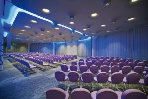 Dans la salle de conférence, le faux  plafond est suspendu en un halo de  lumière, réalisé grâce à des Ledstrip,  dotés d'une température de couleur  de 3 000 K.