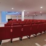 """Pour répondre aux différents besoins de la salle de conférence, l'éclairage à LED de la partie """"auditeurs"""" est piloté par le système de gestion luxmate professional qui agit sur la température de couleur et la puissance."""