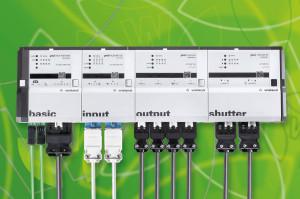 D'une épaisseur de seulement 44 mm, les modules de la gamme Gesis Flex sont reliés entre eux horizontalement et s'adaptent ainsi parfaitement aux espaces confinés, en faux planchers et faux plafonds ; le rail, fourni en option, permet l'accrochage du système sur une paroi et même sur un chemin de câbles.