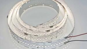 Le ruban PrevaLED d'Osram comprend une dizaine de LED par section : leur faible puissance et leur efficacité lumineuse élevée (140 lm/W) font qu'elles dégagent moins de chaleur qui est évacuée plus facilement grâce à une plus grande surface de dissipation.