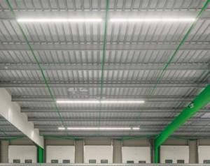 A La Roche-sur-Yon, la société Heppner a éclairé ses bâtiments logistiques et industriels en optant pour un éclairage 100 % LED. Codéveloppée en partenariat avec Briand Energies et Néolux, la solution a consisté à développer un luminaire linéaire utilisant des LED de faible puissance disposées sur une base aluminium : le transfert de chaleur s'effectue facilement et directement sur les poutres métalliques.