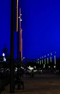 8'18'' a valorisé les deux espaces par un choix de mât unique, seule la couleur de la lame équipant ceux–ci différencie les deux places : orangé sur Louis Aragon, vert sur Victor Basch.