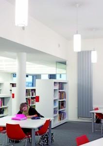 Lycée professionnel Kyo to, Poitiers (86) « 100 % énergies propres ». Dans le CDI, en complément de la lumière naturelle, des appareils en saillie accueillent les lycéens dès l'entrée, tandis que des suspensions équipées de fluocompactes ponctuent les circulations en procurant 500 lux sur les tables.