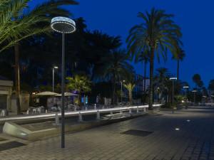 © Didier Boy de la Tour La forme et l'altimétrie d'Anello, conçus pour les espaces piétonniers, offrent un confort visuel et une esthétique qui se rapprochent des ambiances lumineuses domestiques.