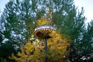 © Rip Hopkins En collaboration avec iGuzzini, Marc Aurel a adapté le luminaire Anello qui offre une double émission lumineuse directe/indirecte.