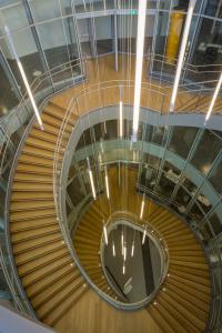 © Chabanne & Partenaires. Photo Guillaume Guerin. Des suspensions Tinos, équipées de tubes fluorescents T5, ornent l'escalier monumental de la médiathèque, diffusant la lumière à 360° à travers le polycarbonate clair des luminaires tubulaires.