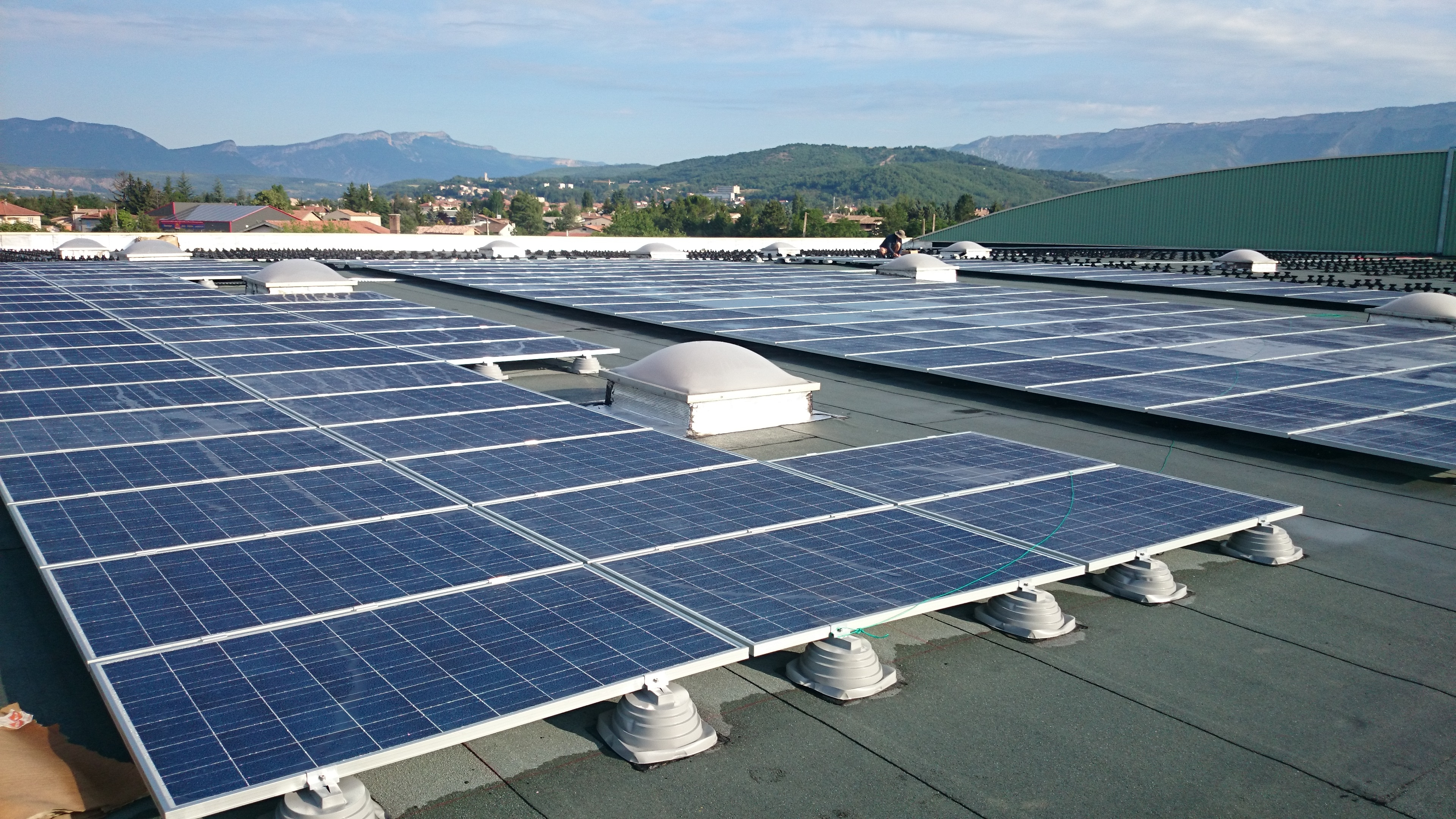 1 200 panneaux de 250 W sont installés sur les toits des bâtiments de Alpes Coop Fruits dans les Hautes-Alpes. © JP TOMAS