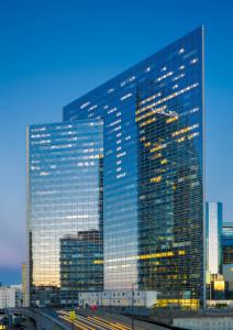 © Trilux. Tour Sequoia à La Défense, qui abrite une partie des bureaux du ministère de l'Écologie, du Développement durable et de l'Énergie, éclairés par Trilux.