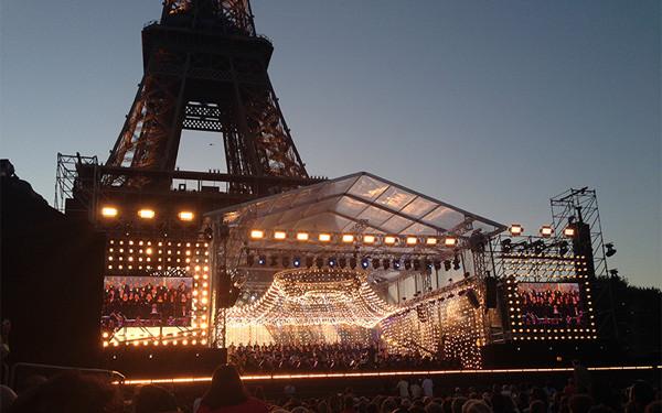 14 Juillet 2015. Osram Est Partenaire Du Plus Grand Concert Classique Donné  Au Pied De La Tour Eiffel Devant Plus De 500 000 Personnes.