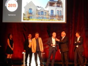 Grand PrixSmarthome : Nicolas Barbé (entreprise EDI Barbé) accompagné de l'installateur électricien, Philippe Mousset a reçu le trophée des mains de François-Xavier Jeuland, Président de la Fédération Française de Domotique.