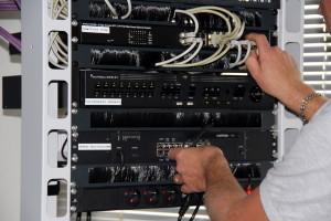 2.Un technicien en action dans une baie de brassage réseau (où s'intègre le boîtier Krika). / (c) DR