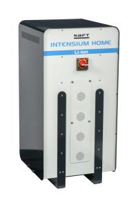 Système de stockage Saft-Intensium Home 10M : 10 kWh/10 kW. 10 à 40 kWh, pour le petit tertiaire. Durée de vie 20 ans, base de 1 cycle / jour. Capacité restante de 70 % en fin de vie. (c) Saft