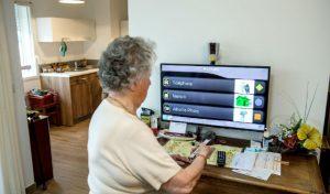 La télévision pour communiquer à la résidence seniors Les Jardins Revest. (source Schneider Electric)