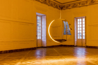 Olafur Eliasson, Deep mirror (yellow), 2016 Mirrors, monofrequency light, aluminium, steel, wood, paint (black, white), control unit 445x180x90 cm Palace Of Versailles, 2016 Photo: Anders Sune Berg Courtesy of the artist; neugerriemschneider, Berlin, Tanya Bonakdar Gallery, New York © Olafur Eliasson
