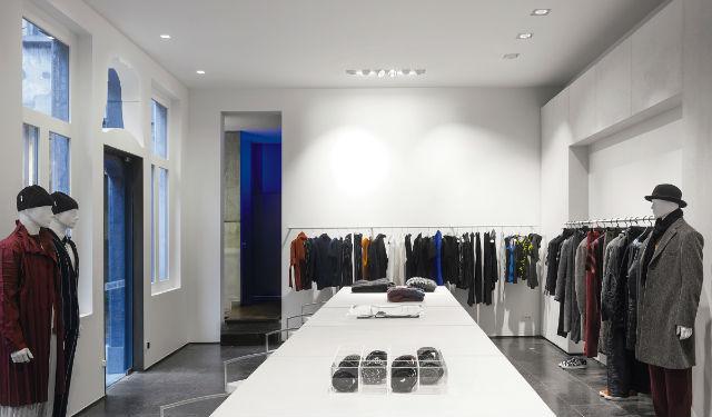© Zumbotel Les modules de deux projecteurs blancs du système INTRO s'intègrent harmonieusement dans le plafond, créent un éclairage général uniforme et placent les collection au centre de l'attention.