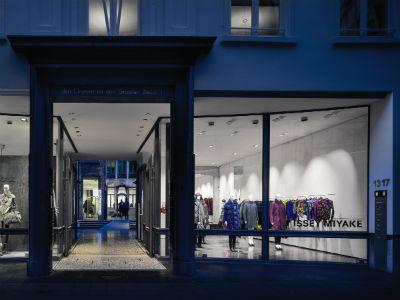 © Zumbotel La vitrine, une salle d'exposition : grâce à ses différents niveaux de clarté, la lumière dynamique permet de suggérer que les mannequins typiques d'Issey Miyake sont en mouvement.
