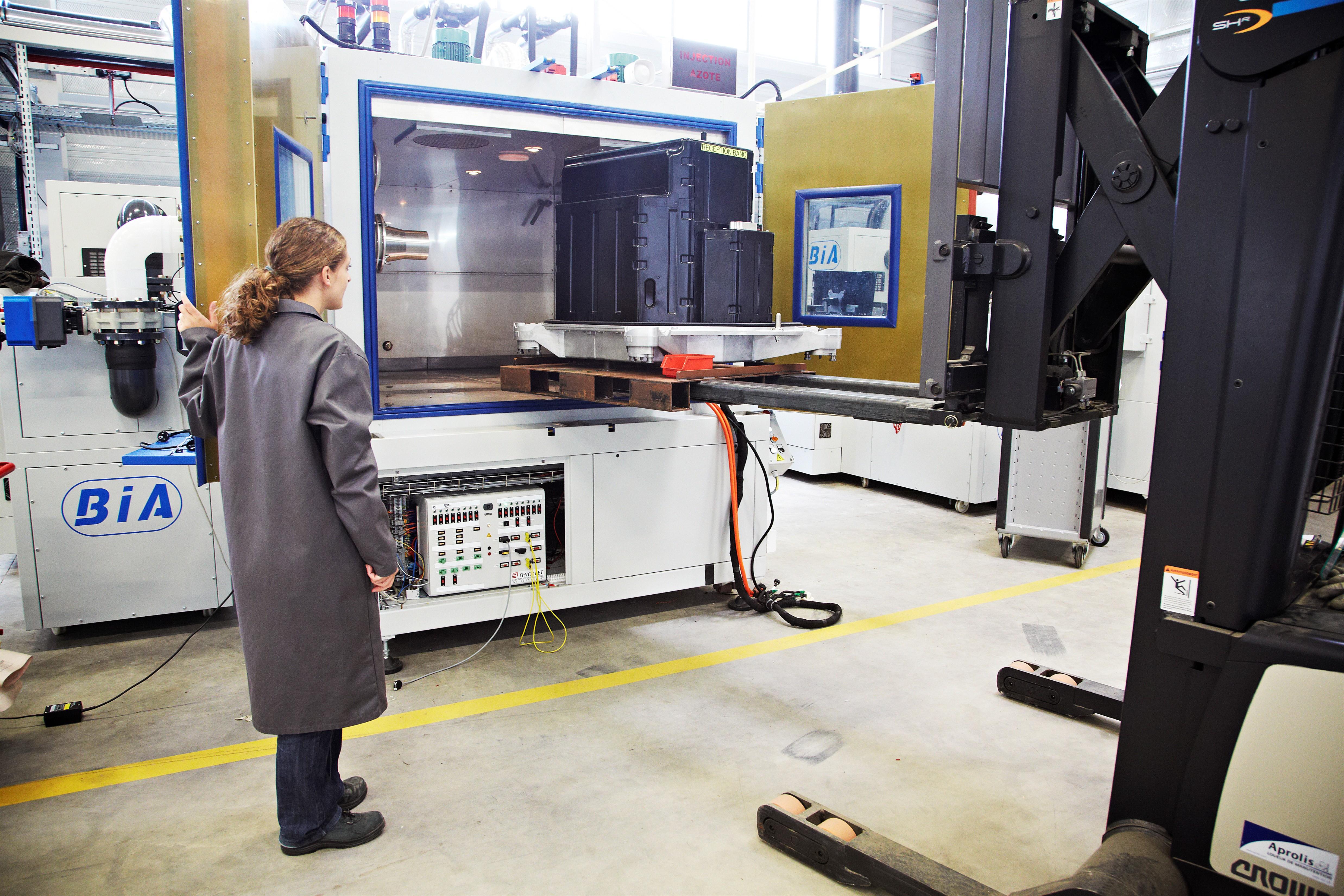 Pôle Essais Véhicule Electrique – Insertion de la batterie lithium-ion dans l'étuve pour test endurance-fiabilité Crédits : Yannick BROSSARD