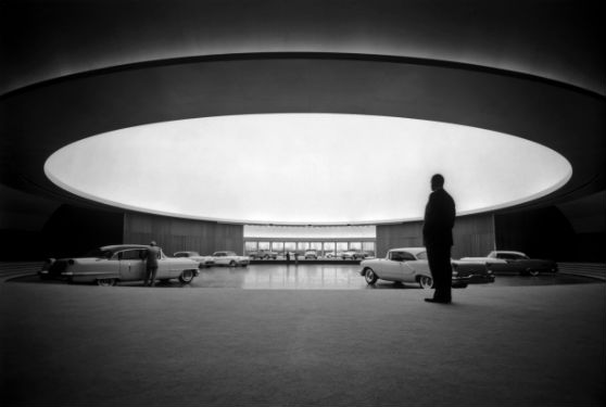 © General Motors – Aire d'exposition principale sous la coupole du General Motors Technical Center Warren Michigan (USA) 1953-1955, Eero Saarinen, avec l'aimable autorisation du General Motors Media Archive).