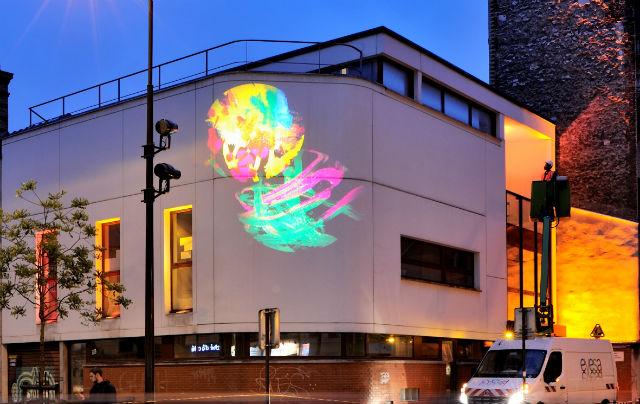 © Evesa - Photo Yves Chanoit, Crèche Dagorno, XXe arrondissement – Architecte : Emmanuelle Colboc Conception lumière : Loeïza Cabaret, Concepto. – Des dessins d'enfants sont projetés à l'aide de gobos (Philips Lighting) sur la façade, tandis que les fenêtres bénéficient d'un éclairage coloré réalisé à l'aide de réglettes LED (LEC).