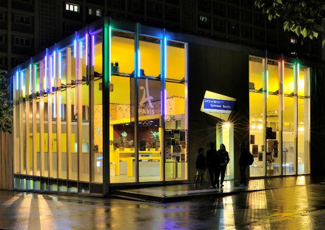 © Evesa - Photo Yves Chanoit, Gymnase Reuilly, XIIe arrondissement – Architectes Stoffel & Lefebvre – Conception lumière : Loeïza Cabaret, Concepto – Des luminaires a LED (LEC) mettent en œuvre un jeu de couleurs tout autour du bâtiment.