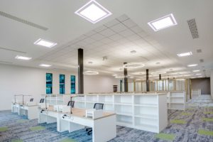 © RZB. Photo Caroline Feraud – Solutions d'éclairage I Lighting solution : RZB – Maître d'ouvrage I Client : Ixapack – Maître d'oeuvre I Contractor : REXEL