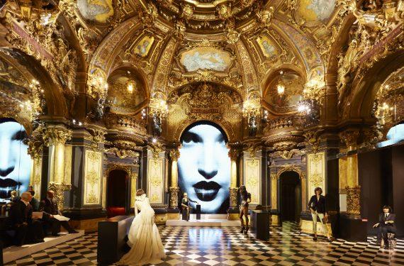 La haute couture de l'éclairage muséographique made in Paris. © Musée Grévin. Photo : Stanislas Liban. Scénographie : Stéphanie Daniel