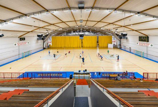 Salle principale du Palais Omnisports de Saint-Dié-des-Vosges. L'armature industrielle Mirona Fit LED a été sélectionnée pour ses caractéristiques techniques adaptées à un environnement sportif. ©Trilux