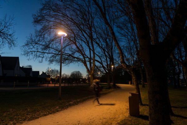 Éclairage extérieur, parc des Bretonnières à Joué-lès-Tours © Comatelec. Photo Jean-Baptiste Guerlesquin